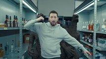Král šílenců Eminem v novém klipu zvrací LEGO a dostává pěstí
