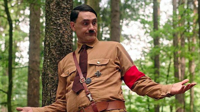 Ve filmu Králíček Jojo si Hitlera zahrál sám režisér, který je židovského původu