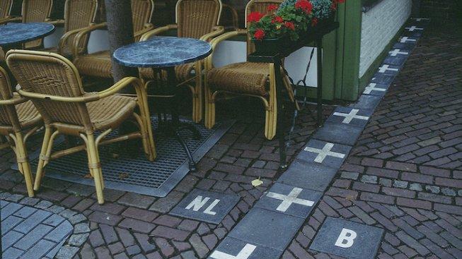 Nizozemsko-belgická hranice v Baarle-Nassau se táhne i napříč zahrádkami restaurací