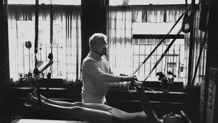 Joseph Pilates ve svém studio v roce 1961