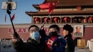 Koronavirové selfíčko před velkým Mao Ce-tungem v Pekingu