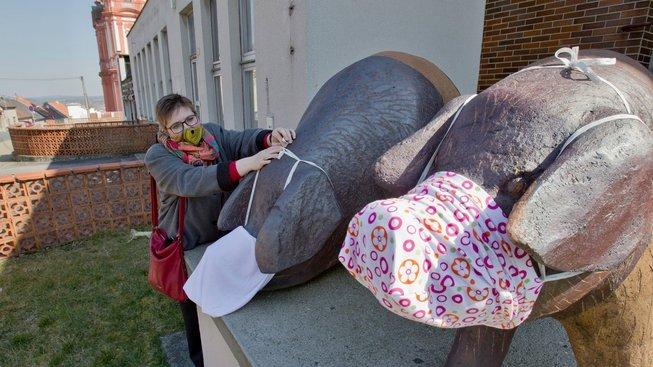 Obyvatelé Přeštic opatřili rouškami jako symbolem období nemoci COVID-19 místní sochy - především unikátní sochu přeštických prasat, kosmonautů Remka s Gubarevem.