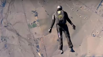 Podívejte se na rekordní seskok šíleného parašutisty