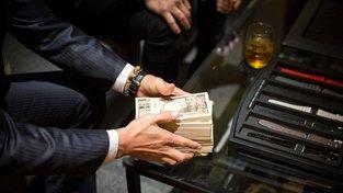 Obrázek manažera, který za luxusní hodinky platí v hotovosti místo kartou, není v Japonsku ničím neobvyklým