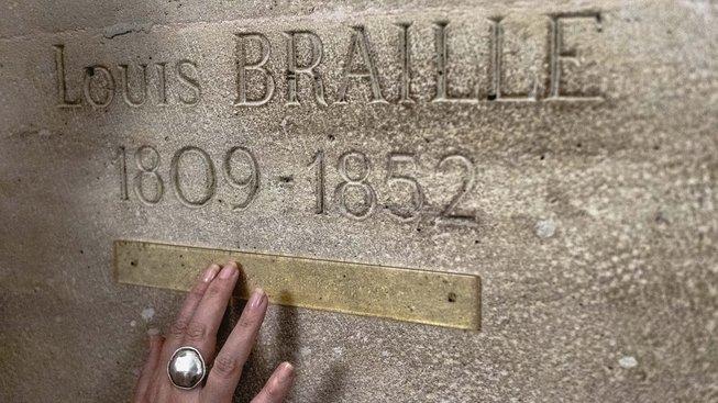 Náhrobek Louise Braillea v pařížském Panteonu