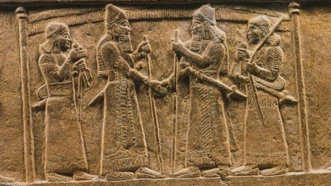 Výjev vytesaný do kamene, na kterém si v devátém století před Kristem podávají ruce asyrský král Salmanassar III. a babylonský panovník Mardúk I.