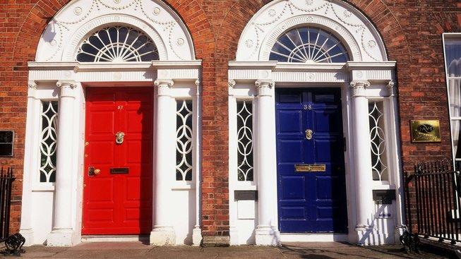 Dveře v Dublinu se leckdy liší jen barvou