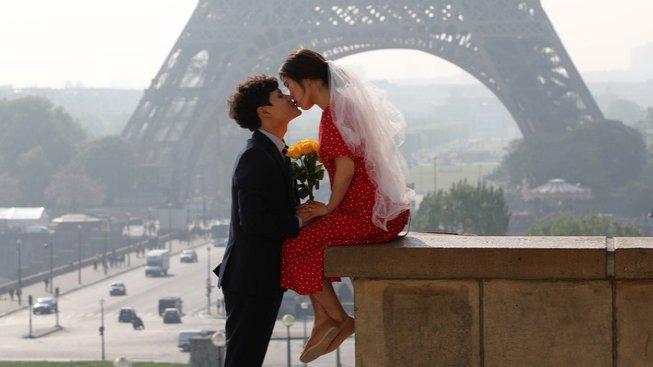 Ikonický polibek pod Eiffelovkou. Těm ani s koronavirem neodzvoní
