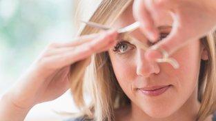 Pokud nemáte se zastřiháváním svých vlasů dostatečné zkušenosti, buďte raději při prvním stříhání konzervativní