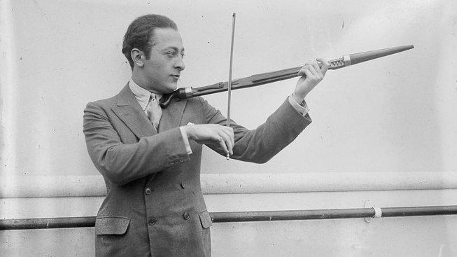 Jascha_Heifetz_playing_a_walking_stick_violin