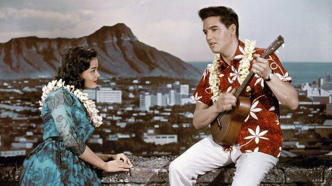 Elvis Presley v havajské košili na přebalu svého alba Blue Hawaii