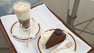 Vídeňská káva se Sacherovým dortem