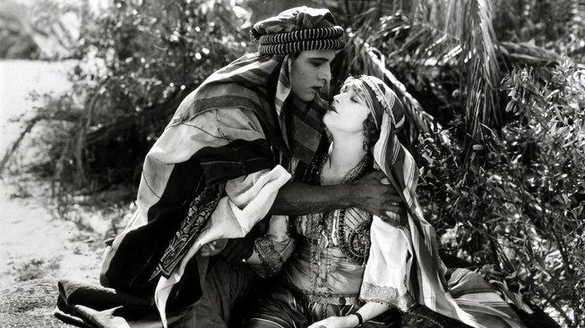 Rudolph Valentino a Agnes Ayresová ve snímku Šejk z roku 1921