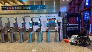 Provoz metra byl přerušen jen dvakrát - kvůli hurikánům Irene a Sandy. Tehdy však stálo celé. Nyní je zavřené i pro bezdomovce