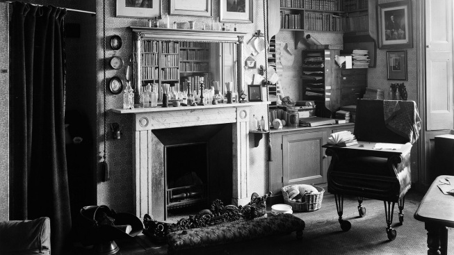 Interiér Darwinovy pracovny v Down House, vpravo vědcova židle na kolečkách