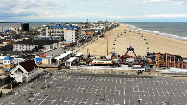 Prázdné parkoviště a pláž v Ocean City v Marylandu