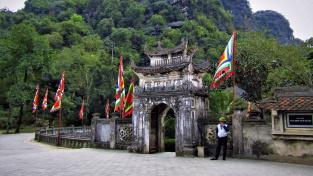 Vstup do areálu chrámu Dinh Tien Hoang a sousední hora Ma Yen