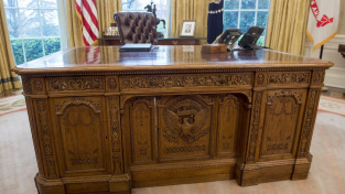 To je on - slavný Resolute desk amerických prezidentů