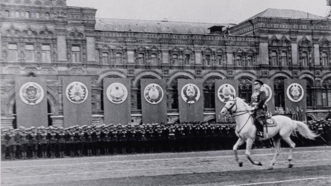 Maršál Žukov na slavné vojenské přehlídce v Moskvě v roce 1945
