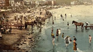 Když neznáte exotická teplá moře, přijde k cachtání i vaše chladné vhod. Hezky vykasat sukni a hurá do vody!