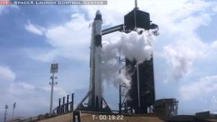 Raketa Falcon krátce před startem