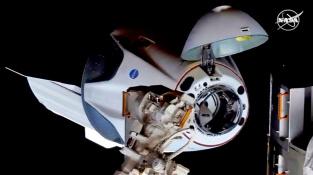 Crew Dragon se chystá zakotvit u vesmírné stanice ISS