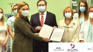Předání daru 8,5 milionu korun firmy Riway pražské nemocnici Na Bulovce