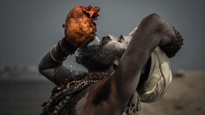 Indická sekta Aghori se specializuje na posmrtné rituály a živí se kanibalismem