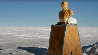 Sovětská stanice je dnes zasypaná sněhem, Leninova bysta na střeše ale stojí dál