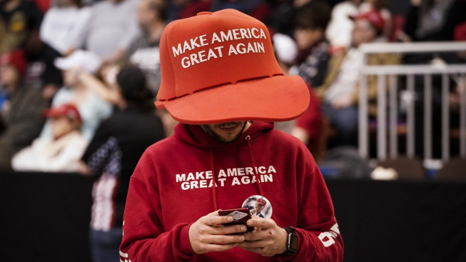 Ze sportovní pokrývky hlavy se kšiltovka stala módním hitem i politickým symbolem