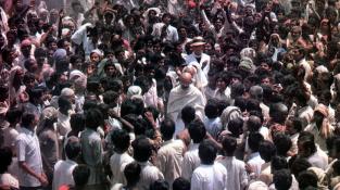 Záběr z filmu Gándhí z roku 1982