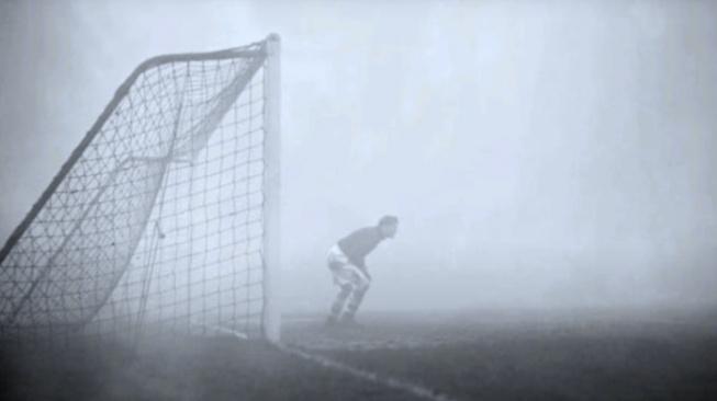 Brankář Sam Bartram pro mlhu neviděl na krok