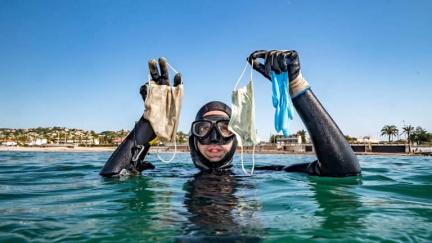 Vítejte na korona-riviéře, kde je víc roušek než medúz