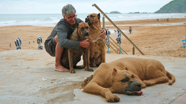 Andoni Bastarrika vytváří realistické sochy z písku