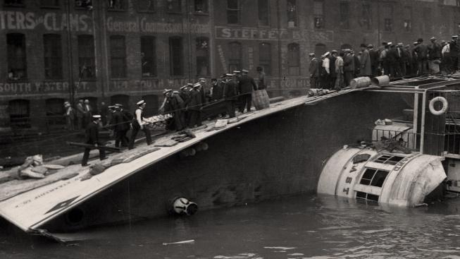 Převrácený parník SS Eastland v Michiganském jezeře