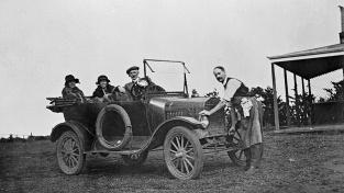 Auto si mohl dovolit jen málokdo, nákup na leasing to měl vyřešit. Ilustrační snímek