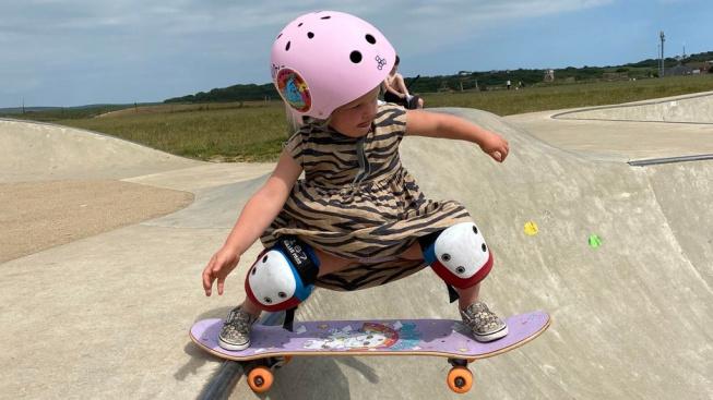 Tříletá Autumn skateboardingem žije!