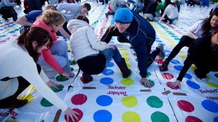 Oblíbená party hra Twister a pokus o největší partii na světě