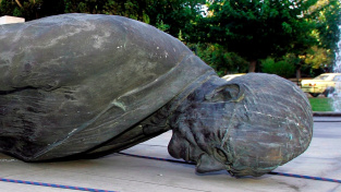 Socha Harryho Trumana svržená během demonstrací v Aténách