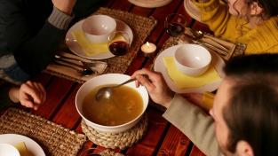 Polévka, hlavní jídlo a nakonec dezert. Koncept starý více než tisíc let je stále populární
