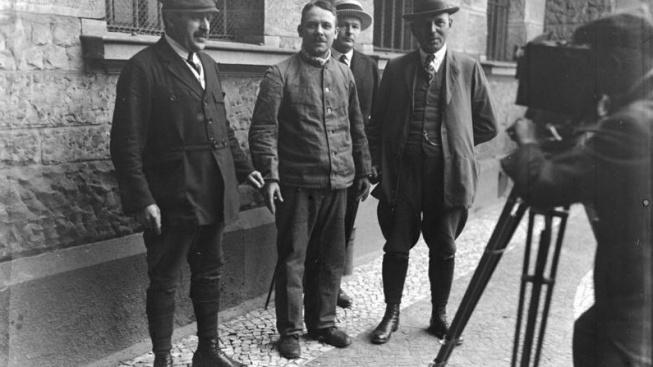 Fritz Haarmann (na fotografii s policisty druhý zleva) své vraždy nepopíral a pozornost si spíš užíval