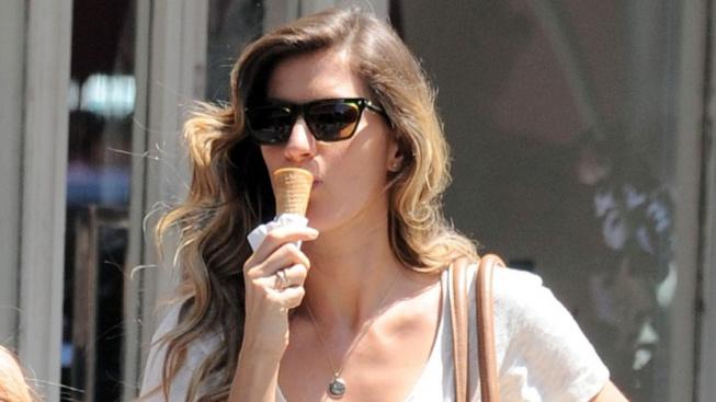 Zmrzlinku v kornoutu si s chutí dopřeje i brazilská modelka Gisele Bündchenová