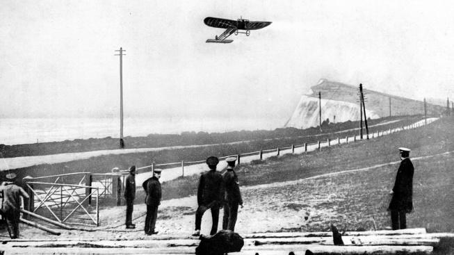 Louis Blériot přilétá na britskou pevninu po přeletu kanálu La Manche