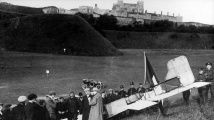 111 let od přeletu La Manche