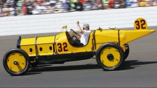 Al Unser za volantem vozu Marmon Wasp prvního vítěze 500 mil Indianapolis při exhibiční jízdě v roce 2016. Před kokpitem je první zpětné zrcátko.