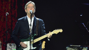 Eric Clapton na londýnském charitativním koncertu v březnu 2020