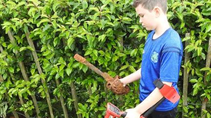 Štěstí začátečníka: Desetiletý chlapec s detektorem našel až 300 let starý meč