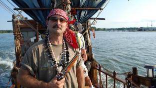 Hasič v důchodu Daniel Corder mění opuštěné lodě v pirátské bárky už deset let
