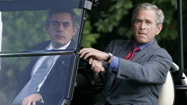 Exprezident George W. Bush si příležitost za své funkce možnost sednout si za volant a povozit tehdejšího britského premiéra Gordona Browna nenechal ujít. A podle výrazu si to náramně užil