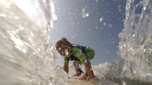 Dvouletý Joao Vitor z brazilského São Paula surfování miluje